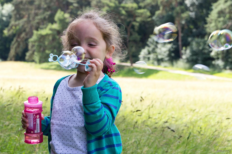 Seifenblasen Portrait - Puste Wind, puste doll.