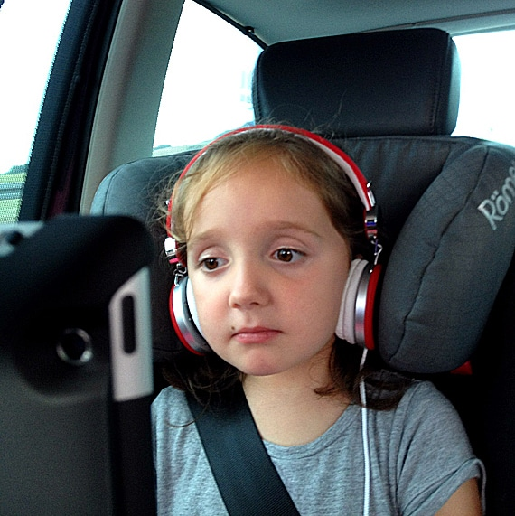 Entspannte Autofahrt mit iPad Kinoprogramm.