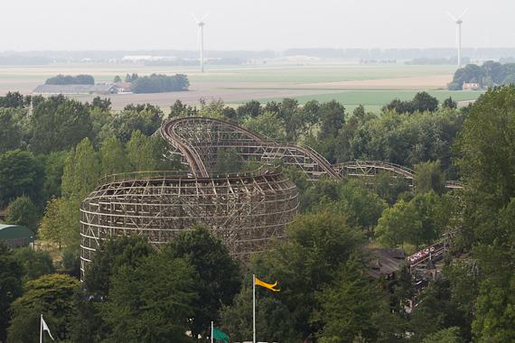 Flevoland: Walibi World - Blick vom Riesenrad La Grande Roue auf die Holzachterbahn Robin Hood
