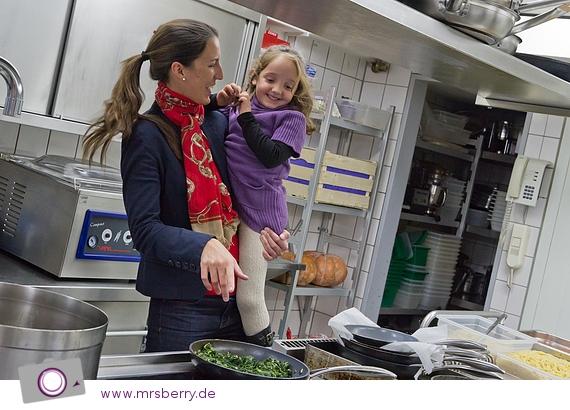 Kathrin Wickenhäuser mit Amelie - in der Küche des Hotel Cristal