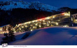 Nachtansicht des Designhotels Nira Alpina