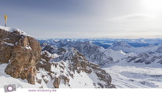 Blick von der Zugspitze - TOP OF GERMANY - das goldene Gipfelkreuz