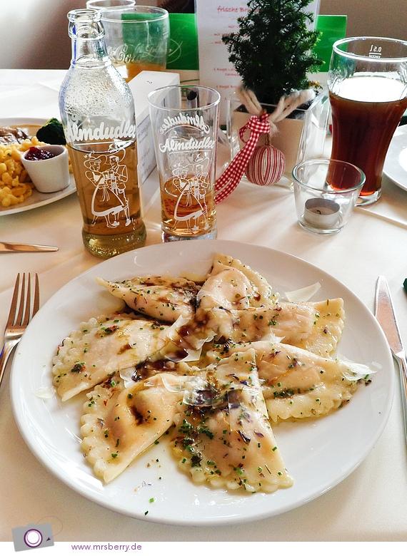 Kürbis-Schlutzkrapfen mit Blütenbutter, Kernöl & Parmesan