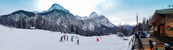 Ganghoferhütte mit Bergpanorama
