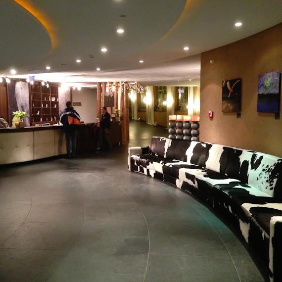 Lobby mit Kuhfell-Sofa