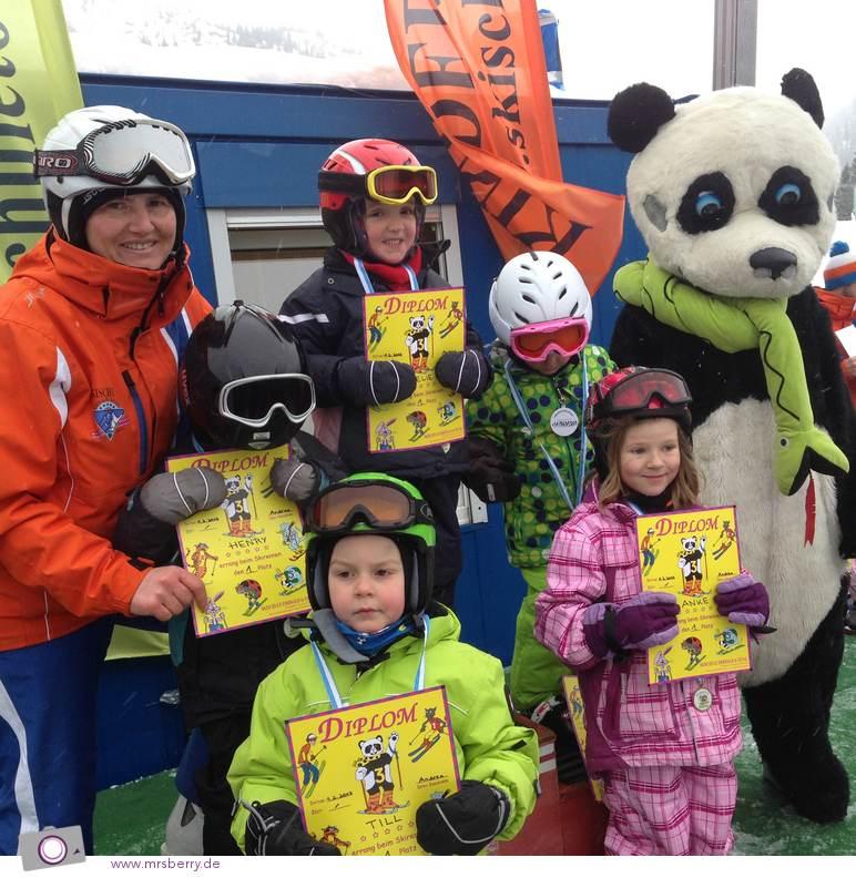 Siegerehrung nach dem Skirennen - bei den Kleinen gewinnen alle