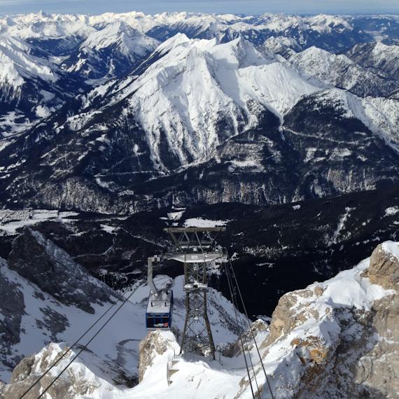 Blick von der Zugspitze in's Tal und auf die Tiroler Zugspitzbahn