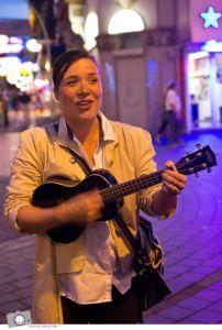 Stefanie Hempel singt auf der musikalischen Beatles-Tour in Hamburg.