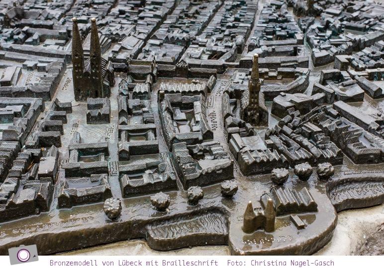 Lübeck: Bronzemodell der Stadt mit Brailleschrift