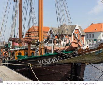 Neustadt in Holstein: historische Segelschiffe liegen im Hafen