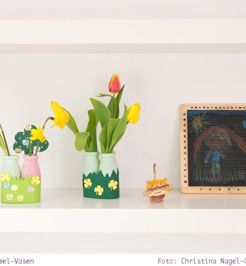 Basteln mit Kindern: kleine Actimel-Vasen für Frühlingsblumen