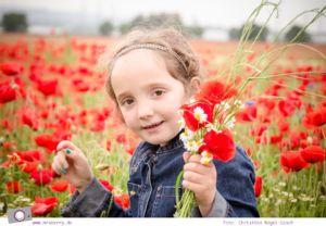 Kinderfotografie im Mohnblumenfeld - 7 Tipps für schöne Kinderfotos