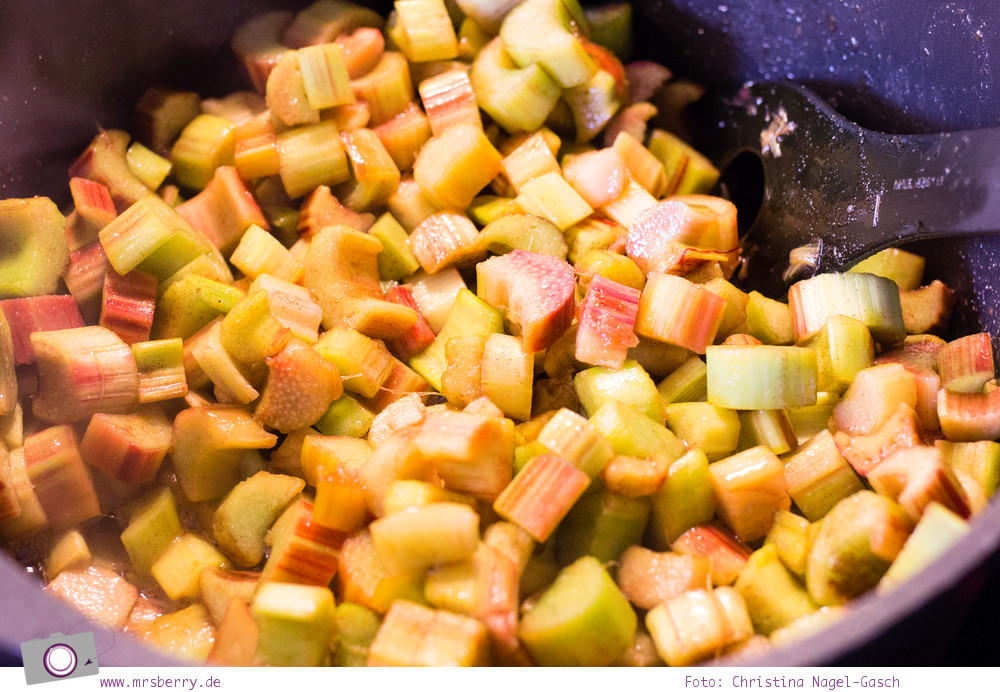 Rhabarber-Erdbeer-Tiramisu: Rhabarberkompott zubereiten