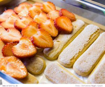 Rhabarber-Erdbeer-Tiramisu: Schicht für Schicht mit Löffelbiskuit, Erdbeeren, Rhabarberkompott und Quarkcreme füllen