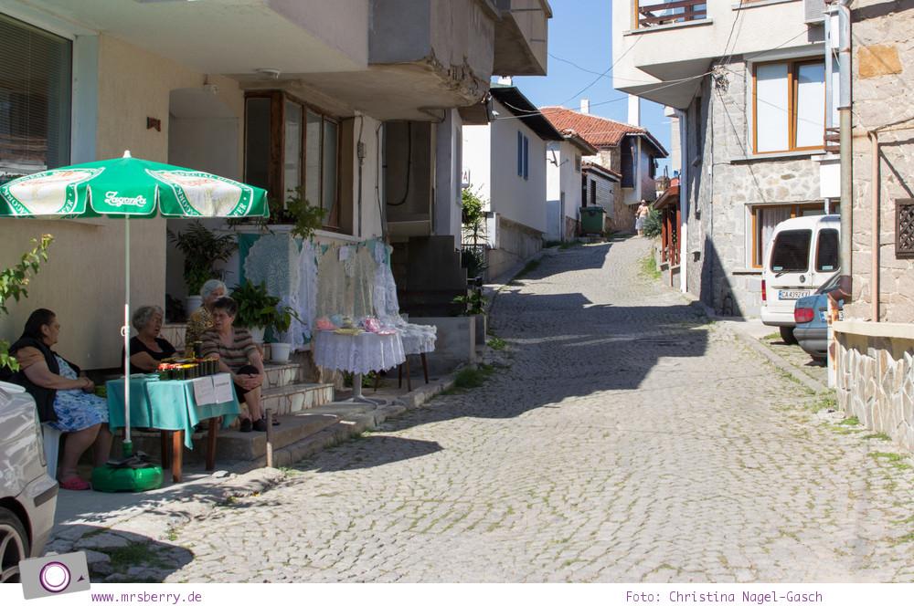 Tradition in Bulgarien: handgefertigte Häckeldecken in den Gassen von Sozopol