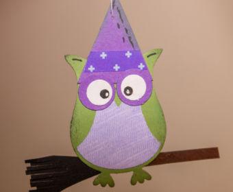 DIY Halloween Dekoration basteln: kleine Hexe mit der Eulenstanze