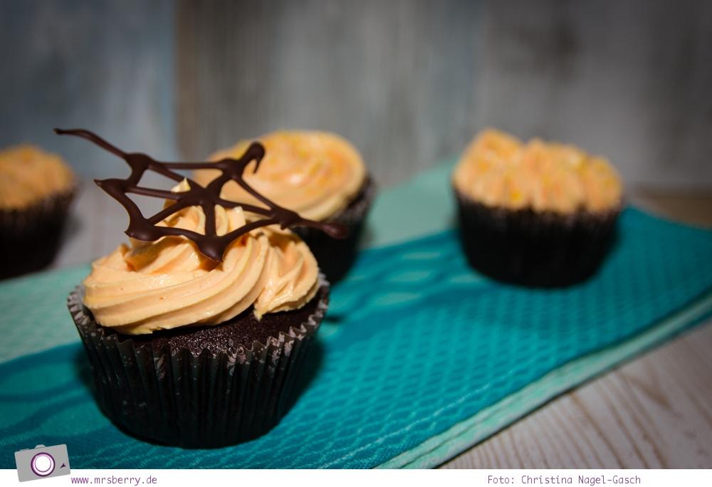 Rezept für Halloween Cupcakes mit blutiger Fruch-Füllung und Frischkäse-Mascarpone-Frosting