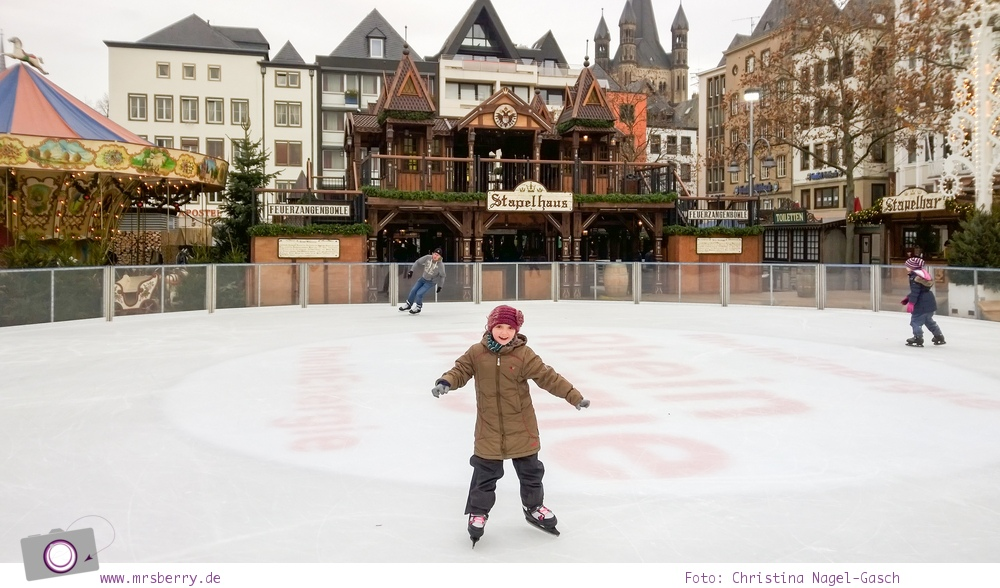 Eislaufen auf dem Weihnachtsmarkt in der Kölner Altstadt - ein Spaß für Groß und Klein