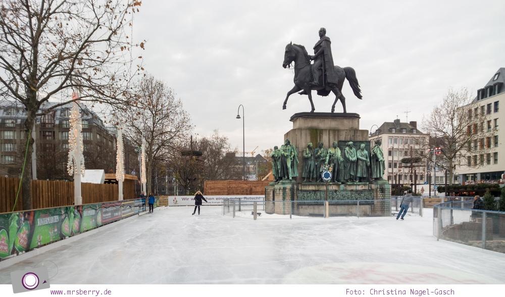 Eislaufen auf dem Weihnachtsmarkt in der Kölner Altstadt - Eislaufbahn rund um das Reiterdenkmal
