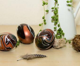 Ostereier bemalen: ausgeblasene Eier marmorieren