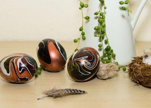 Ostereier bemalen – ausgeblasene Eier schnell und einfach marmorieren