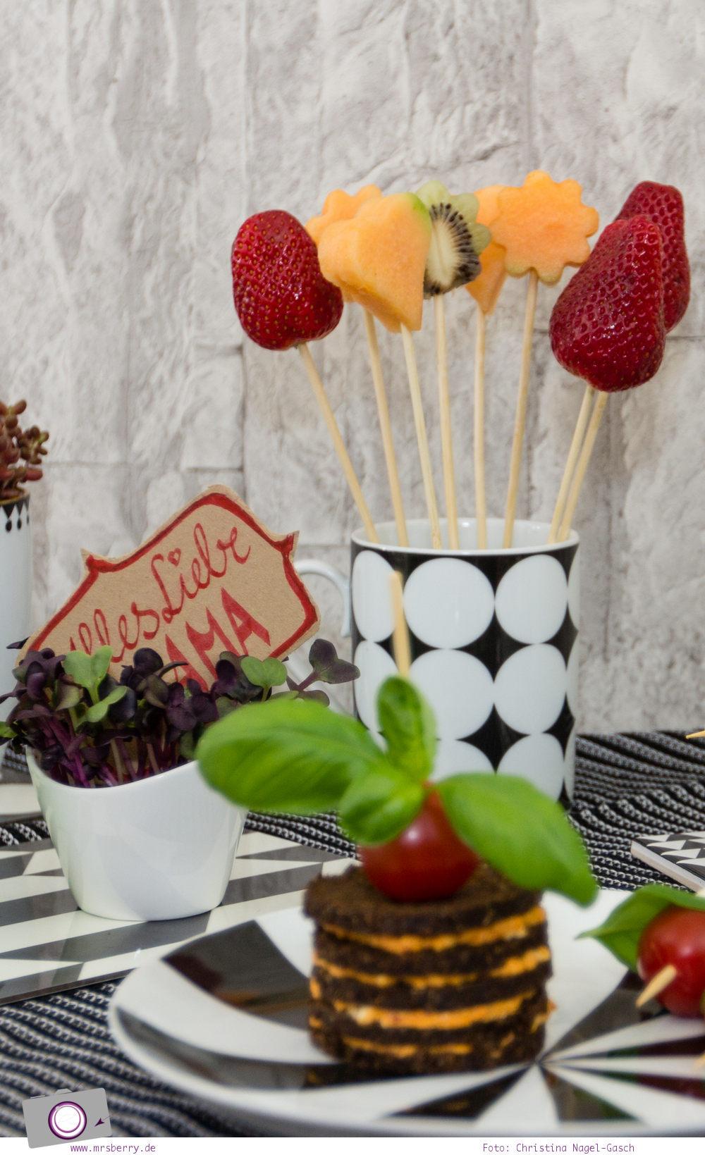Muttertagsgeschenke: Fruchtspieße mit Herzen und Blumen