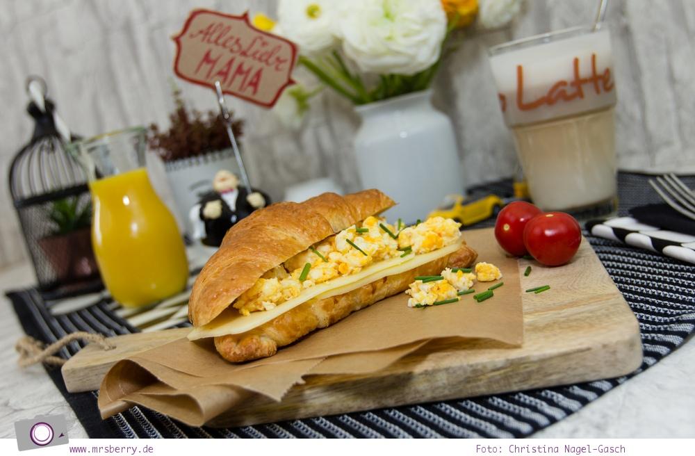 Croissant mit Rührei und Käse & Orangensaft im Weckglas