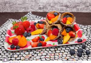Sweet Table - 5 tolle Rezepte zum Kindergeburtstag: als bunte Fruchttüte kommen die Früchte in der Eiswaffel daher