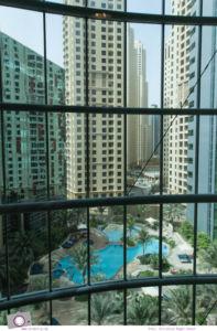 Fernseisen - Dubai mit Kind: JA Oasis Beach Tower und der Pool zwischen Wolkenkratzern