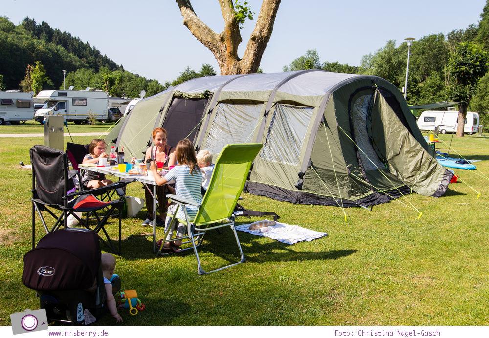 Camping mit Kindern in der Eifel - Prümtal Camping Oberweis: Frühstück in der Morgensonne