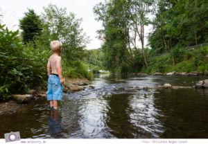 Camping mit Kindern in der Eifel - Prümtal Camping Oberweis: Abkühlung in der Prüm