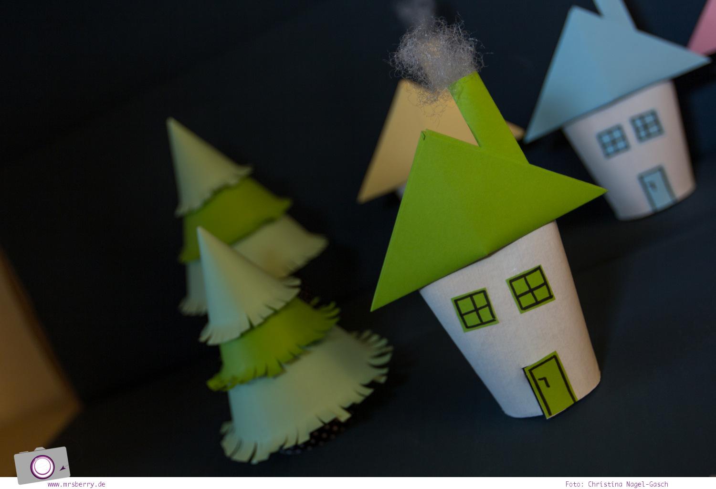 Adventskalender selber machen: basteln mit Klorollen - Haus aus Klorollen basteln