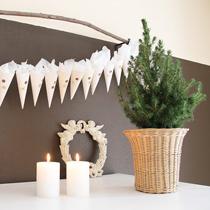 Adventskalender selber machen - die schönsten Ideen: spitze Tütchen an der Schnur