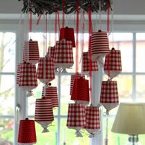Adventskalender selber machen - die schönsten Ideen: Pappbecher am Adventskranz