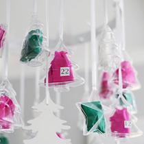 Adventskalender selber machen - die schönsten Ideen: Sterne und Bäumchen aus Acryl in Grün und Pink zum Aufhängen