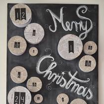 Adventskalender selber machen - die schönsten Ideen: Runde Boxen auf einer Tafel