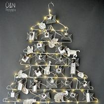 Adventskalender selber machen - die schönsten Ideen: Einweg-Kleiderbügel und Tiere zum Weihnachtsbaum