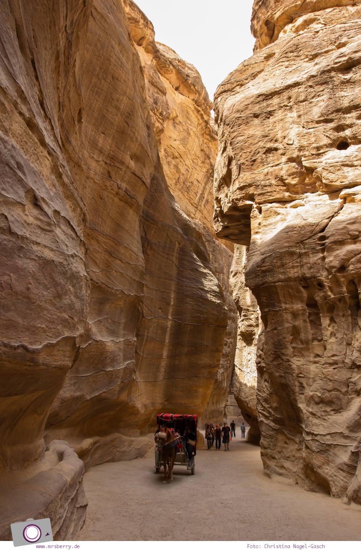Rundreise Jordanien - ein Reisebericht: Besuch der antiken Felsenstadt Petra - 2 km langer Siq mit meterhohen Felswänden
