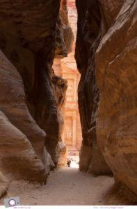 Rundreise Jordanien - ein Reisebericht: Besuch der antiken Felsenstadt Petra - das Schatzhaus hinter einem Felsvorsprung des Siq