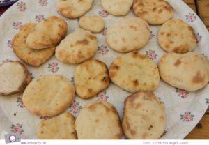 Rundreise Jordanien - ein Reisebericht: Arabisch kochen in der Kochschule Beit Sitti in Amman - hier frisches Fladenbrot