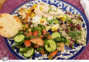 Rundreise Jordanien - ein Reisebericht: Arabisch kochen in der Kochschule Beit Sitti in Amman - Gericht mit Salat, Mouttabal, Fattet Jaj und frischem Fladenbrot