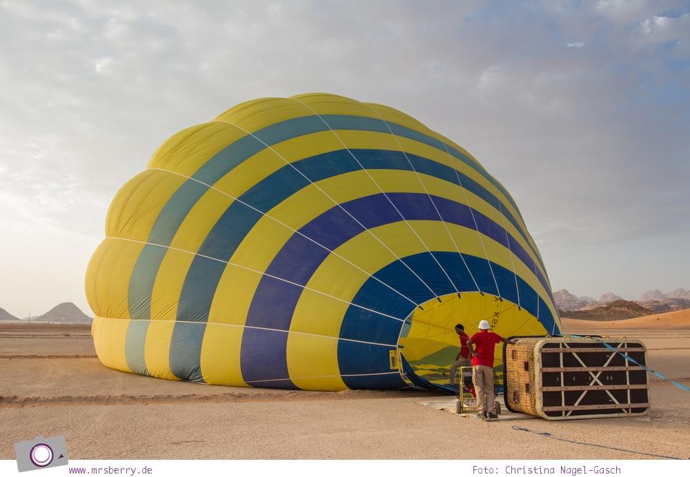 Rundreise Jordanien - ein Reisebericht: Ballonfahrt | mit dem Heißluftballon über das Wadi Rum - Ballon aufblasen