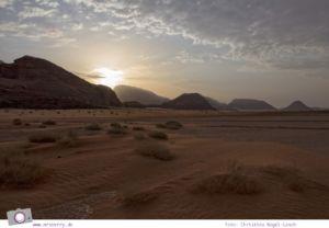 Rundreise Jordanien - ein Reisebericht: Ballonfahrt   mit dem Heißluftballon über das Wadi Rum - Sonnenaufgang im Wadi Rum