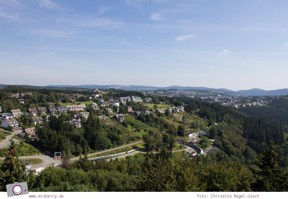 Winterberg im Sommer: Ausflugsziel Erlebnisberg Kappe - Panorama-Erlebnisbrücke mit Aussicht auf Winterberg