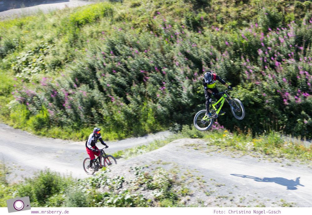 Winterberg im Sommer: Ausflugsziel Erlebnisberg Kappe - Panorama-Erlebnisbrücke mit Aussicht auf den Bikepark
