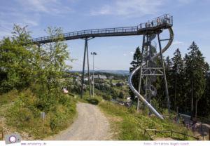 Winterberg im Sommer: Ausflugsziel Erlebnisberg Kappe - Panorama-Erlebnisbrücke mit mit Riesenrutsche