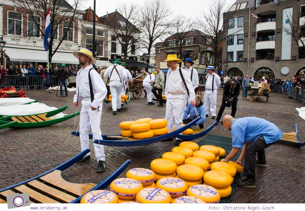 Käsemarkt in Alkmaar:mit der Tragbahre wird der Käse vom Käseträger zum Waagehaus gebracht