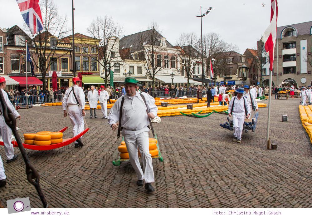 Käsemarkt in Alkmaar: buntes Treieben auf dem Käsemarkt - die Käseträger laufen schnell - nicht im Gleichschritt, sondern im Käseträgerdribbling