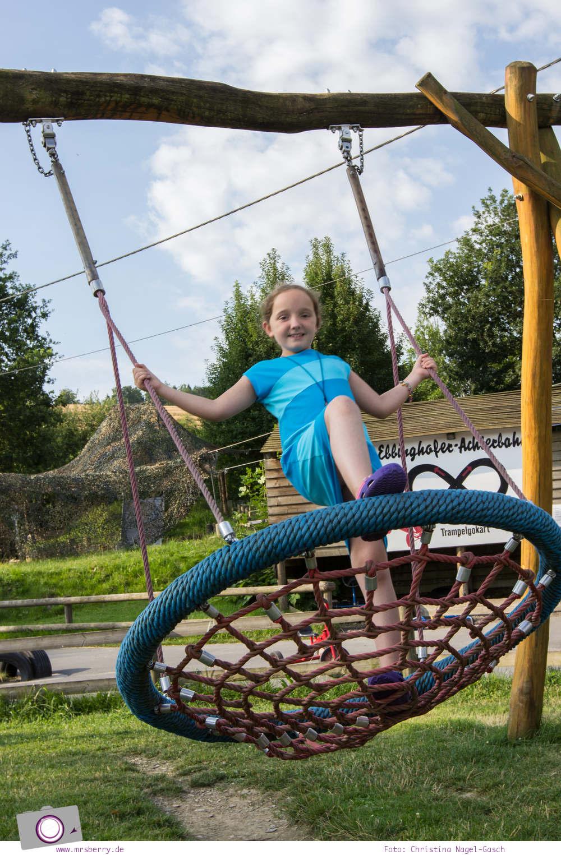 Urlaub im Sauerland - Familotel Ebbinghof in Schmallenberg: Außenspielplatz mit Sandkasten, Trampolin und vielem mehr