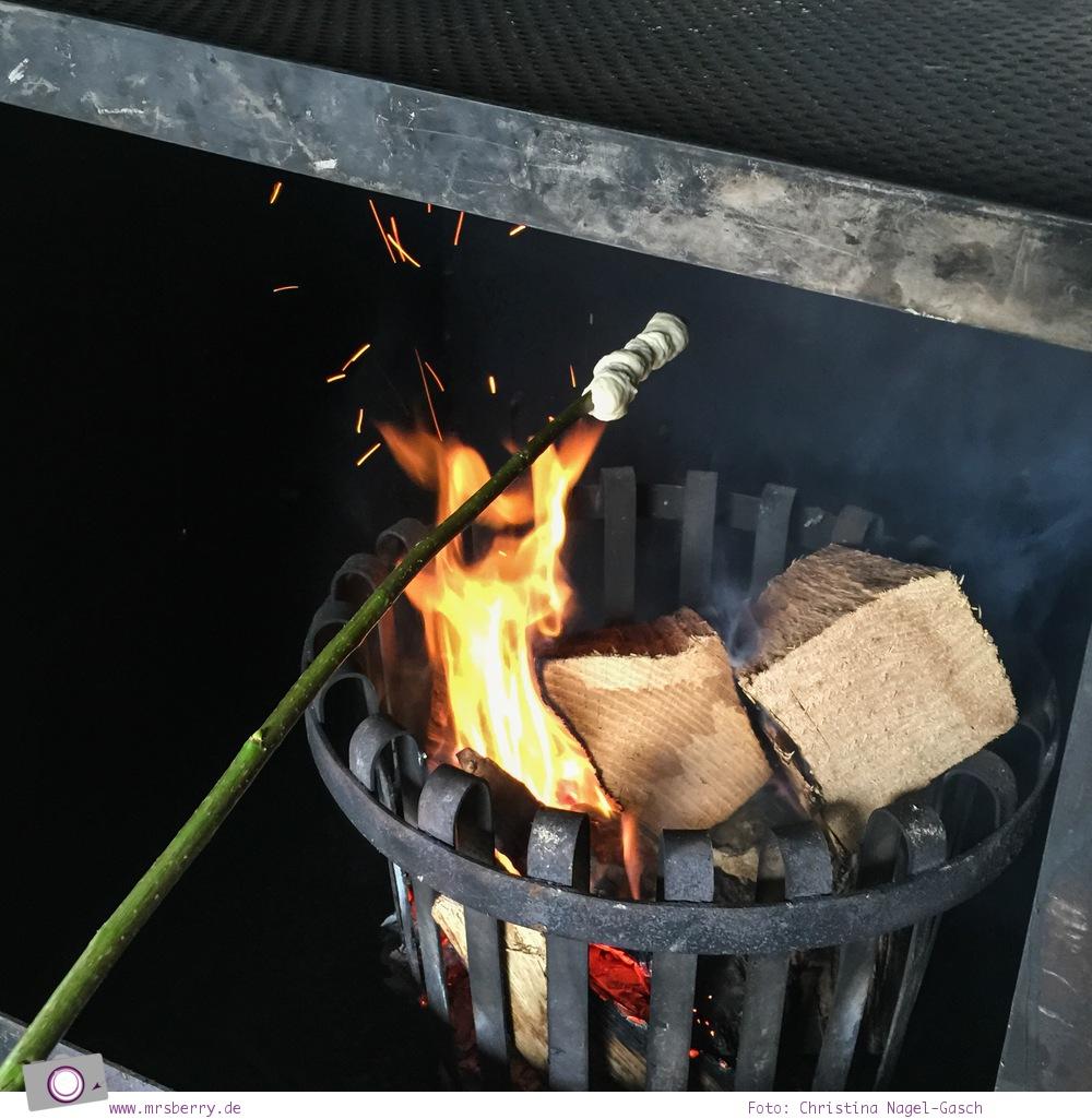 Urlaub im Sauerland - Familotel Ebbinghof in Schmallenberg: Stockbrot über dem Lagerfeuer